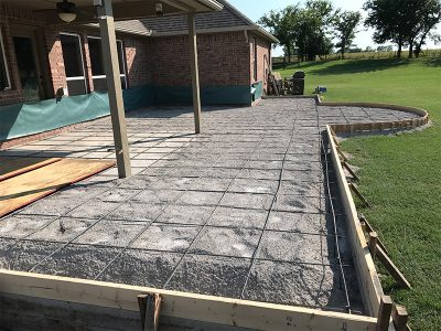 Wire grid and wooden walls for concrete